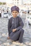 Ομανικό αγόρι στο tradtional outfitson μια οδός σε Nizwa Στοκ Φωτογραφία