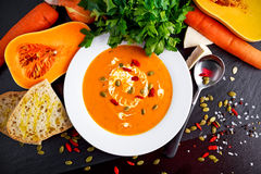 Ομαλές κολοκύνθη butternut και σούπα καρότων με την κρέμα, μούρα goji σπόρων κολοκύθας στοκ φωτογραφία