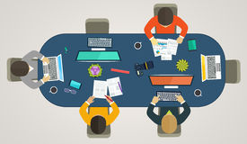 Ομαδική εργασία για τους υπολογιστές on-line Επιχειρησιακή στρατηγική, μελέτες ανάπτυξης, ζωή γραφείων απεικόνιση αποθεμάτων
