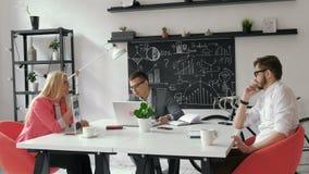 Ομαδική εργασία Τρεις νέοι αρχιτέκτονες που εργάζονται στη δεκαετία του '20 ενός προγράμματος 4k απόθεμα βίντεο