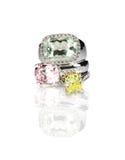 Ομαδοποίηση τριών χρωματισμένων δαχτυλιδιών διαμαντιών πολύτιμων λίθων που συσσωρεύονται Στοκ φωτογραφία με δικαίωμα ελεύθερης χρήσης