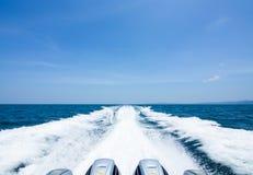 Ομαλό κύμα στη θάλασσα με το μπλε ουρανό Στοκ εικόνα με δικαίωμα ελεύθερης χρήσης