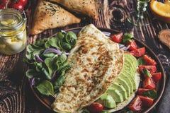 Ομελέτα με το αβοκάντο, ντομάτα, τυρί μοτσαρελών, χυμός από πορτοκάλι, samsa Υγιές πιάτο στοκ φωτογραφία