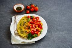 Ομελέτα με το arugula και τη σαλάτα ντοματών Στοκ Φωτογραφία