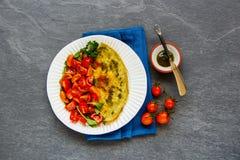 Ομελέτα με το arugula και τη σαλάτα ντοματών Στοκ Εικόνες