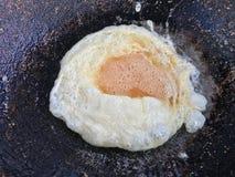 Ομελέτα σε ένα τηγάνι των καυτών, τηγανισμένων αυγών, πρωτεΐνη από τα αυγά, πιάτα αυγών, διατροφή αυγών στοκ εικόνες