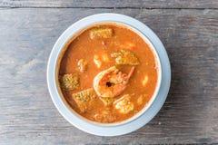 Ομελέτα και γαρίδες φύλλων ακακιών Tamarind στην καυτή και ξινή σούπα γεύσης Στοκ Φωτογραφία