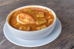 Ομελέτα και γαρίδες φύλλων ακακιών Tamarind στην καυτή και ξινή σούπα γεύσης Στοκ Εικόνες