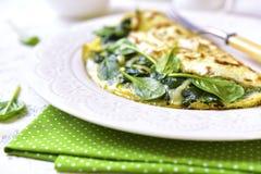 Ομελέτα που γεμίζεται με το σπανάκι και το τυρί Στοκ Φωτογραφία