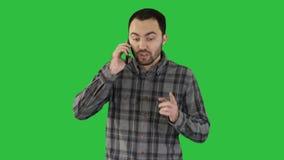 ομιλία ατόμων στο τηλέφωνο και περπάτημα σε μια πράσινη οθόνη, κλειδίη χρώματος απόθεμα βίντεο