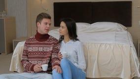 Ομιλία κρεβατοκάμαρων κατανάλωσης ελεύθερου χρόνου ζευγών Comfy απόθεμα βίντεο