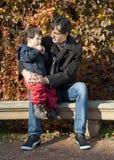 Ομιλία μπαμπάδων και γιων Στοκ Εικόνες