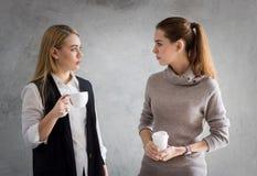 Ομιλία στάσεων επιχειρησιακών γυναικών Στοκ φωτογραφία με δικαίωμα ελεύθερης χρήσης