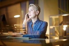 Ομιλία στον πελάτη στο κινητό τηλέφωνο Στοκ φωτογραφία με δικαίωμα ελεύθερης χρήσης