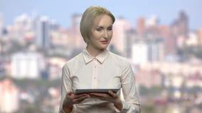 Ομιλητής επιχειρησιακών γυναικών που κρατά την ψηφιακή ταμπλέτα απόθεμα βίντεο