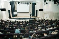 Ομιλητής στην επιχειρησιακές διάσκεψη και την παρουσίαση Ακροατήριο η αίθουσα συνδιαλέξεων στοκ φωτογραφία