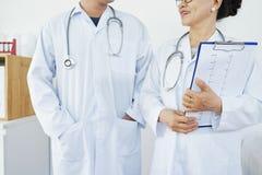 Ομιλούντες ιατροί παθολόγοι στοκ εικόνα