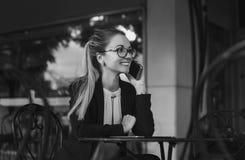 ομιλούσα γυναίκα επιχειρησιακών τηλεφώνων Στοκ φωτογραφία με δικαίωμα ελεύθερης χρήσης
