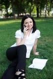 ομιλούσα γυναίκα επιχειρησιακών τηλεφώνων Στοκ εικόνες με δικαίωμα ελεύθερης χρήσης