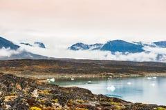 Ομιχλώδες πρωί στο χωριό Saqqaq, δυτική Γροιλανδία Στοκ Φωτογραφίες