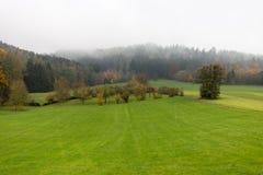 ομιχλώδες τοπίο φθινοπώρ&o στοκ φωτογραφία με δικαίωμα ελεύθερης χρήσης