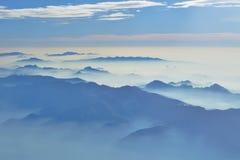 ομιχλώδης θέα βουνού - εναέρια άποψη στα ιταλικά όρη από το παράθυρο αεροπλάνων - ομιχλώδες πρωί στοκ εικόνες