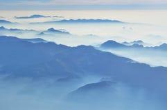 ομιχλώδης θέα βουνού - εναέρια άποψη στα ιταλικά όρη από το παράθυρο αεροπλάνων - ομιχλώδες πρωί στοκ φωτογραφία