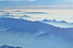 ομιχλώδης θέα βουνού - εναέρια άποψη στα ιταλικά όρη από το παράθυρο αεροπλάνων - ομιχλώδες πρωί στοκ φωτογραφία με δικαίωμα ελεύθερης χρήσης