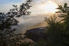 Ομιχλώδης θέα βουνού ξημερωμάτων στο πάρκο της Θάτσερ στοκ εικόνα