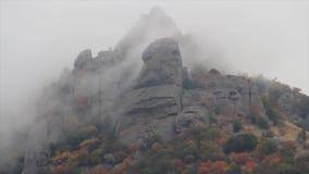 Ομιχλώδης καιρός σε μια ορεινή περιοχή πλάνο Πανόραμα του ομιχλώδους τοπίου στα βουνά και τους βράχους, όμορφο απόθεμα βίντεο