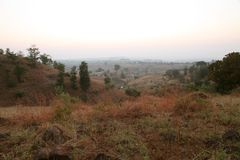 Ομιχλώδης κοιλάδα βουνών στην ανατολή στο χωριό Nasik, Maharashtra, Ινδία Στοκ Εικόνα
