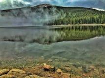 ομιχλώδης λίμνη στοκ φωτογραφίες