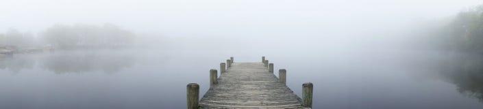 ομιχλώδης λίμνη Στοκ εικόνες με δικαίωμα ελεύθερης χρήσης