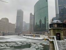 Ομιχλώδης, χιονοθύελλα, που παγώνει χειμώνας ποταμών weater στο Σικάγο στοκ εικόνα με δικαίωμα ελεύθερης χρήσης
