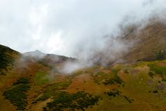Ομιχλώδης χώρα βουνών στοκ φωτογραφία με δικαίωμα ελεύθερης χρήσης