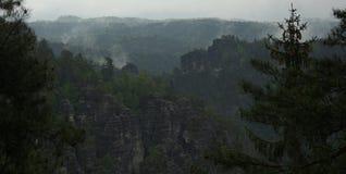 Ομιχλώδεις στυλοβάτες βράχου στα βουνά ψαμμίτη Elbe στοκ εικόνες