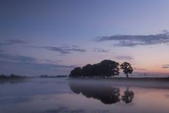 Ομιχλώδες βράδυ στον ποταμό Στοκ Εικόνα