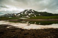 Ομιχλώδες και νεφελώδες βράδυ στα βουνά Καύκασου στοκ εικόνες