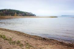 Ομιχλώδες πρωί στην ακτή λιμνών στη Φινλανδία Στοκ Φωτογραφία