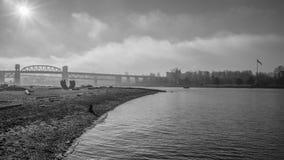 Ομιχλώδες πρωί στη γέφυρα στοκ εικόνα