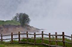 Ομιχλώδες πρωί στη θερινή λίμνη Στοκ φωτογραφία με δικαίωμα ελεύθερης χρήσης