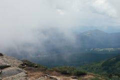 Ομιχλώδες τοπίο σχεδίων στα βουνά στοκ φωτογραφία με δικαίωμα ελεύθερης χρήσης