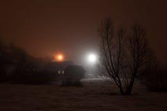 Ομιχλώδες χειμερινό βράδυ στο χωριό Στοκ Φωτογραφία