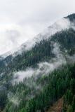 Ομιχλώδες mountainside στο Κασμίρ Στοκ Φωτογραφίες