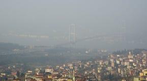 Ομιχλώδης άποψη γεφυρών της Ιστανμπούλ Bosphorus Στοκ φωτογραφίες με δικαίωμα ελεύθερης χρήσης