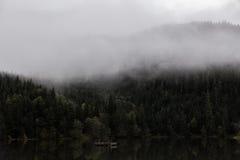 ομιχλώδης λίμνη Στοκ φωτογραφία με δικαίωμα ελεύθερης χρήσης