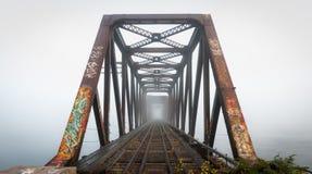Ομιχλώδης γέφυρα σιδηροδρόμων πρωινού Χαραυγή στο τρίποδο σιδηροδρόμων Πρίγκηπων της Ουαλίας, Οττάβα, Οντάριο Στοκ Εικόνα
