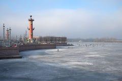 Ομιχλώδης ημέρα Μαρτίου στον οβελό του νησιού Vasilyevsky Άγιος-Πετρούπολη Στοκ Εικόνα