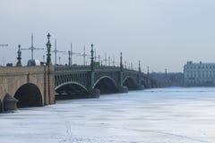 Ομιχλώδης ημέρα Φεβρουαρίου γεφυρών τριάδας Άγιος-Πετρούπολη Στοκ Εικόνες