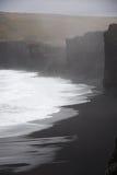 Ομιχλώδης μαύρη παραλία στοκ φωτογραφία